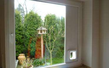 Einbau von Katzenklappen in ein Fenster. Die Katzenklappe ist seitlich eingebaut, kann aber auch anders montiert werden.